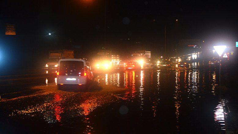 İş yerlerini su bastı, yollar kapandı