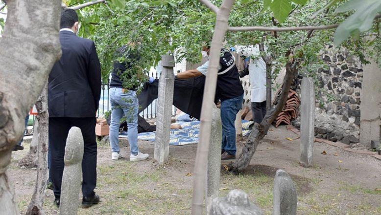 Cami bahçesinde bıçakla öldürülmüş halde bulundu