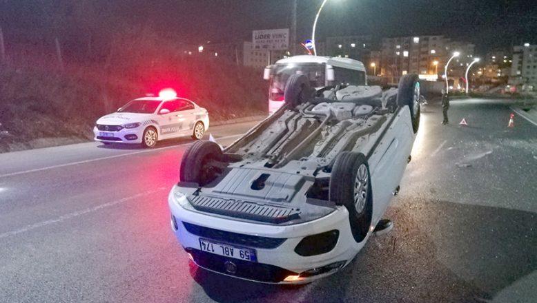 Devrilen otomobilde iki kişi yaralandı