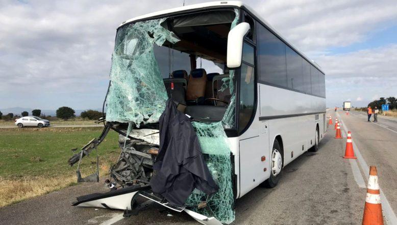 Turistleri taşıyan otobüs kamyonetle çarpıştı; 4 yaralı