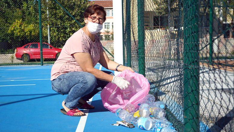 Parktaki çöpleri gönüllü toplayan kişi ödüllendirildi
