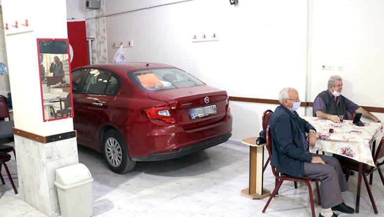 Doludan korumak için, otomobilini kahvehaneye soktu