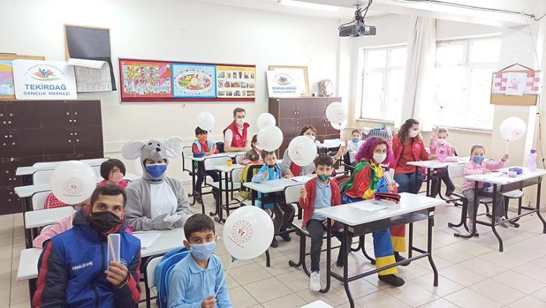 Gençlik Merkezi gönüllüleri öğrencileri sevindirdi