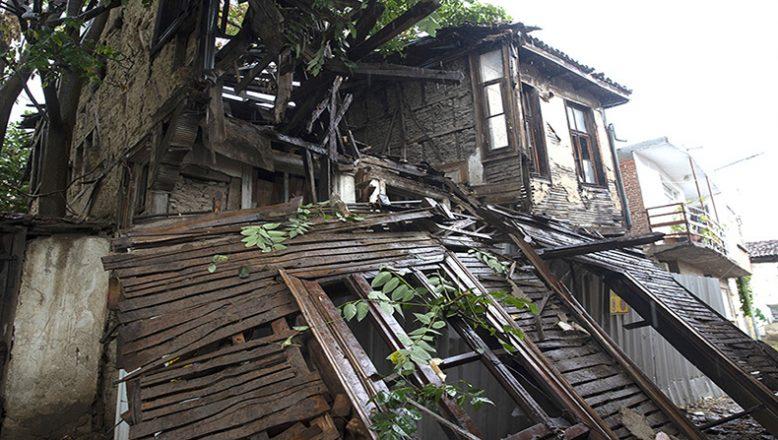 Tarihi bina yıkıldı