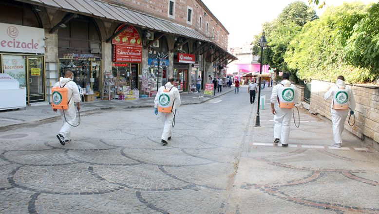 En işlek caddeler dezenfekte edildi