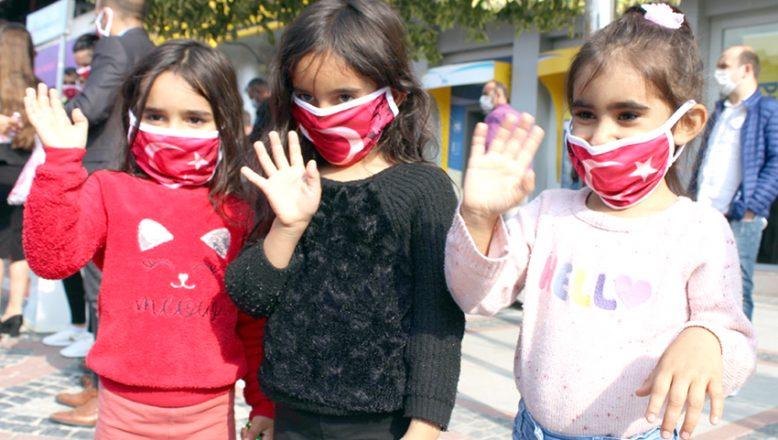 Türk Bayrağı desenli maske dağıttılar