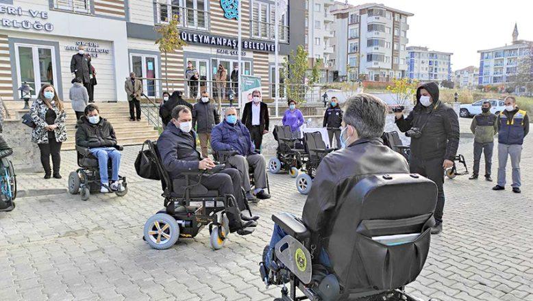 Akülü araçlara binerek, engellilerin zorluklarına dikkat çekti