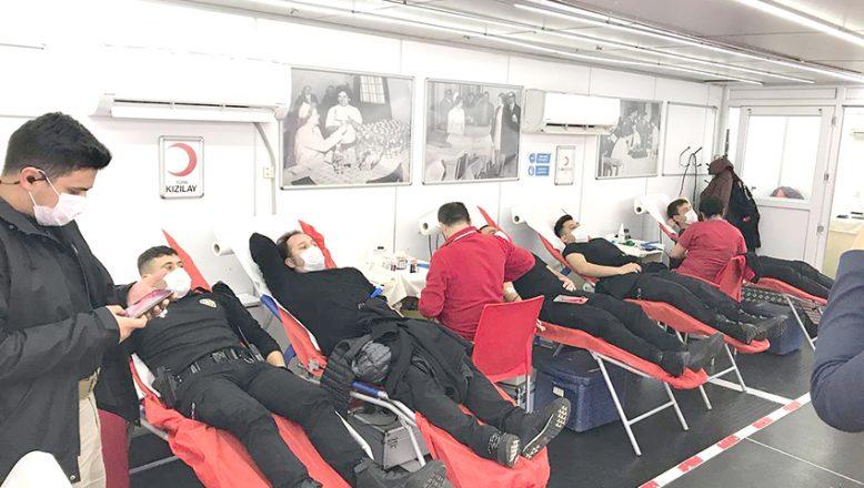 Polisler kan bağışında bulundu