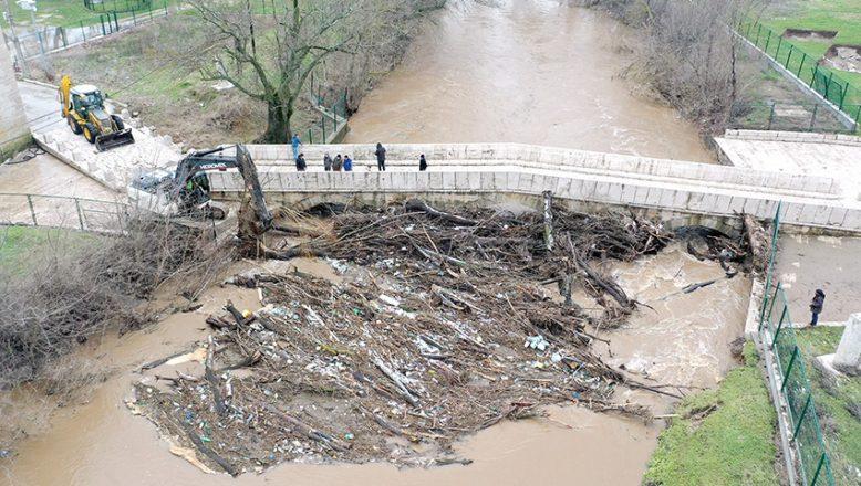 Tarihi köprünün kemerleri temizlendi