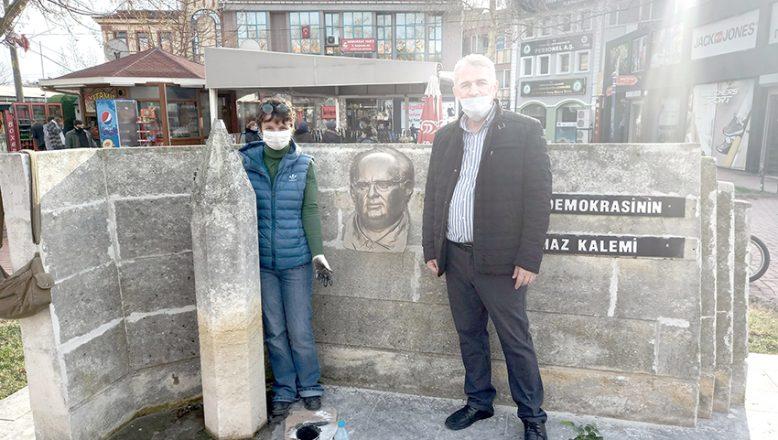 Mumcu'nun maskı anıtında
