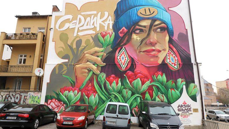 Sofya'nın gri şehir manzarasını renklendiren, graffitiler