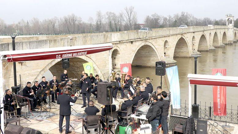 Meriç Nehri kenarında moral konseri