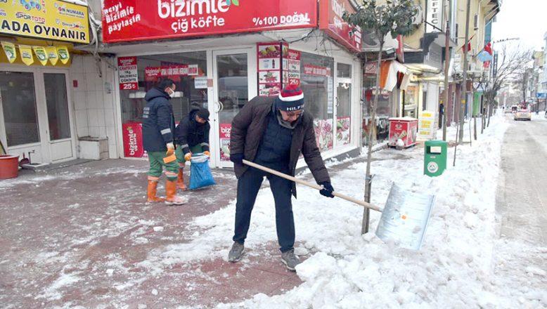 Başkan Helvacıoğlu ekiplerle kar küredi