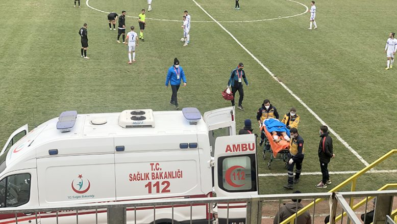 Sahada fenalaşan futbolcu hastaneye kaldırıldı