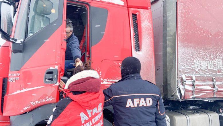 AFAD, TIR sürücülerine kumanya dağıttı
