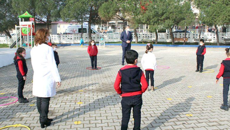 Bakan Selçuk, öğrencilerle temassız oyunlar oynadı