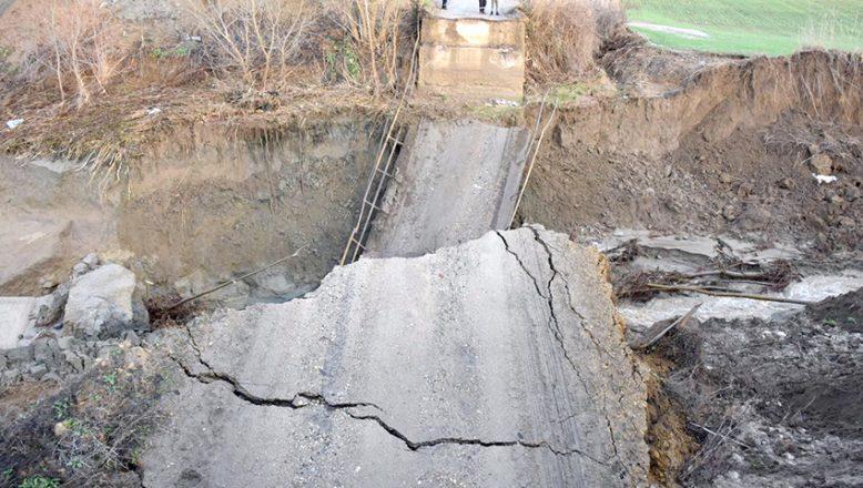 Şiddetli yağış köprü yıktı