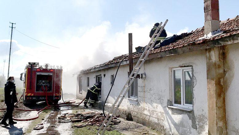 Kıvılcımlar çiftlik evini yaktı