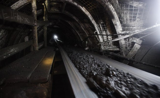 Maden ocağında bir işçi göçük altında
