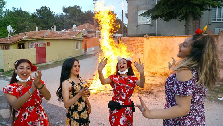 Kakava'yı ateş yakıp dans ederek kutladılar