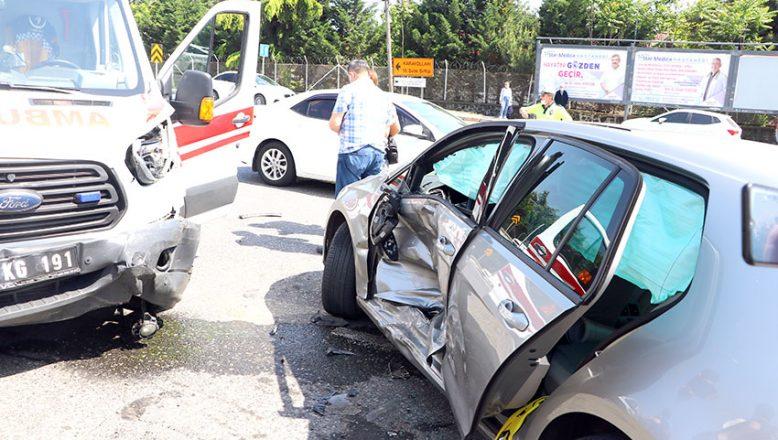 Hasta almaya giden ambulansla otomobil çarpıştı: 1 yaralı