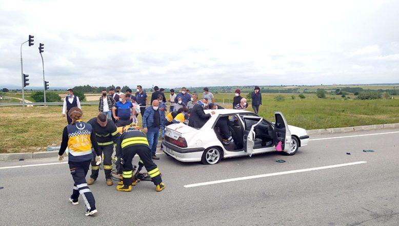 Otomobille servis minibüsü çarpıştı: 6 yaralı