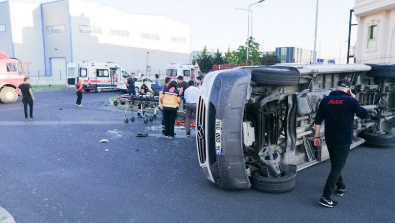 Kamyon ile servis minibüsü çarpıştı: 8 yaralı