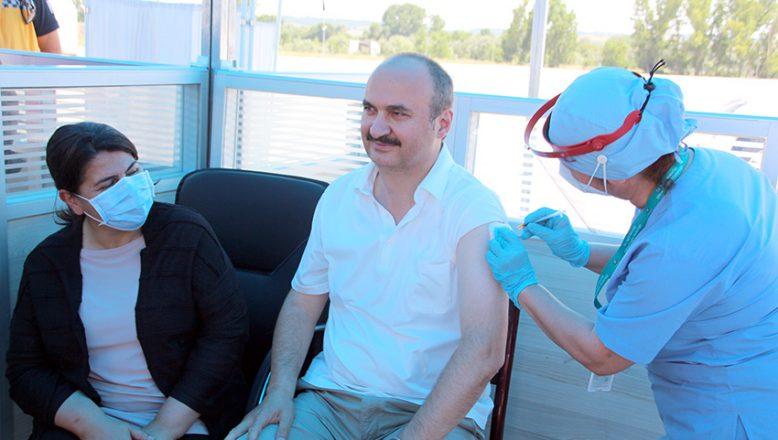 Vali Canalp 3. doz aşısını oldu
