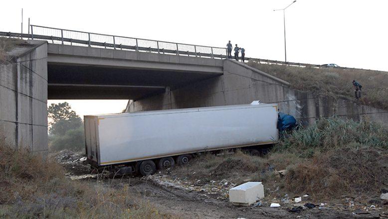 Menfeze devrilen tırın sürücüsü yaralandı