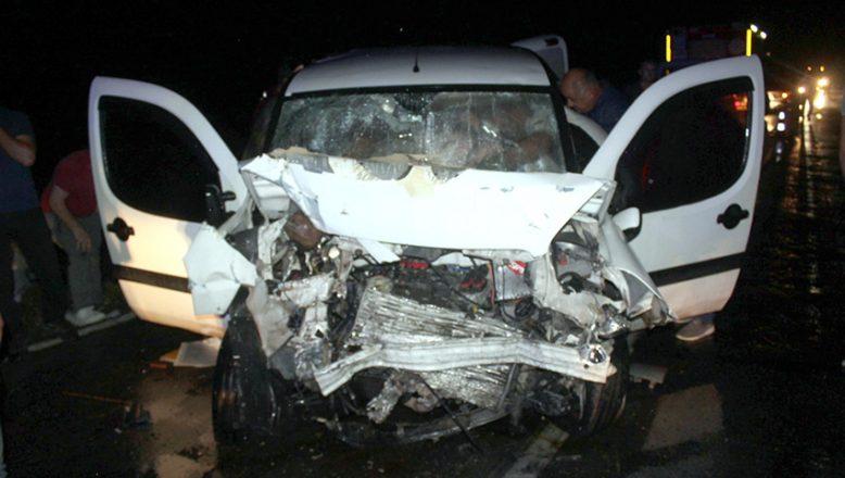 İki hafif ticari araç çarpıştı: 7 yaralı