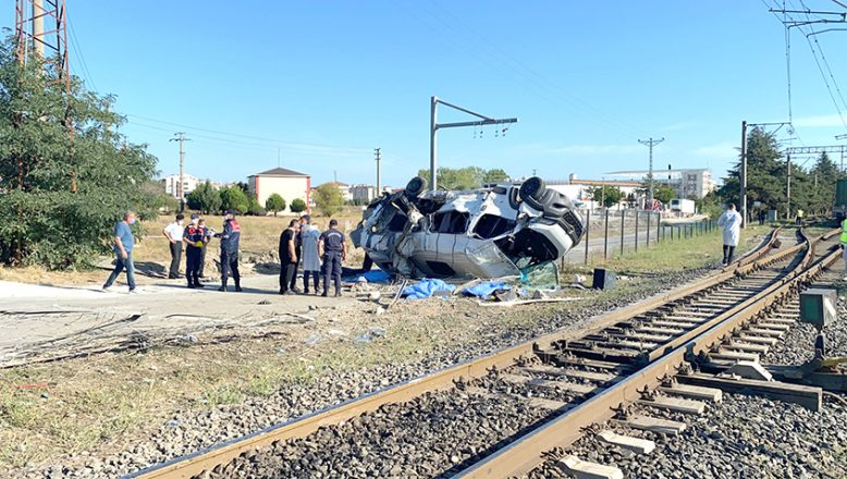 Tren minibüsü biçti: 6 ölü, 7 yaralı
