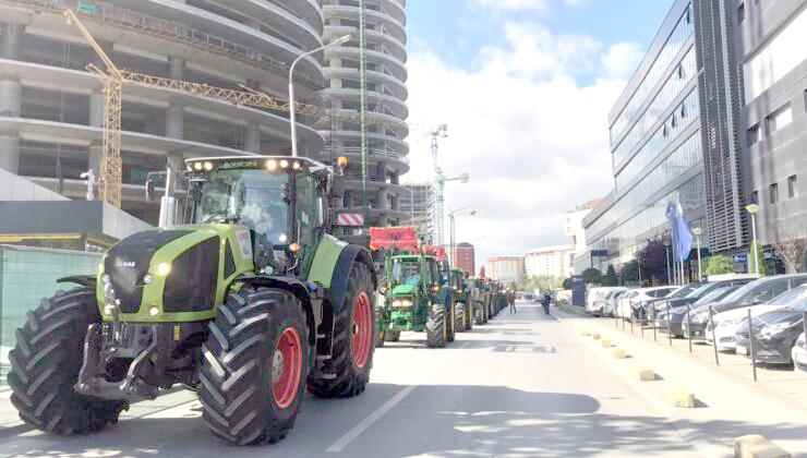Kosovalı çiftçilerden bakanlık önünde traktörlü protesto