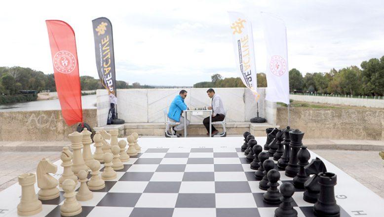 Tarihi köprüde satranç