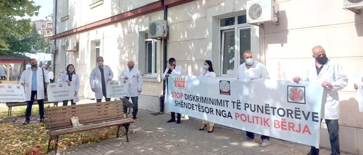 Hekimler Sağlık Bakanlığı önünde protesto eylemi düzenledi