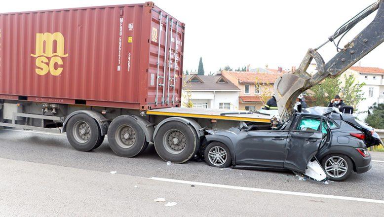 Otomobil TIR'ın altına girdi: 1 ağır yaralı