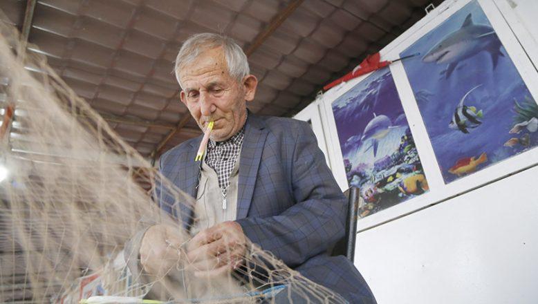 Ekmeğini 64 yıldır denizden kazanıyor
