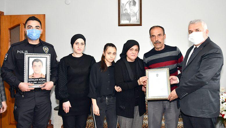 """Vali Aziz Yıldırım şehit ailesine """"şehitlik belgesi"""" verdi"""