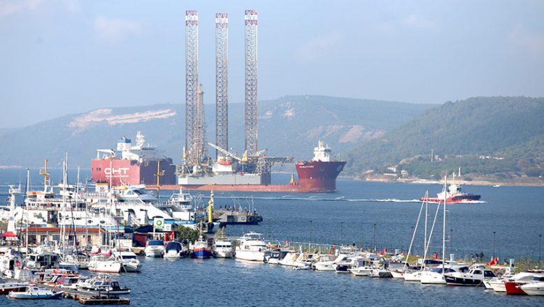 Dev platform taşıyan gemi Çanakkale Boğazı'ndan geçişine başladı