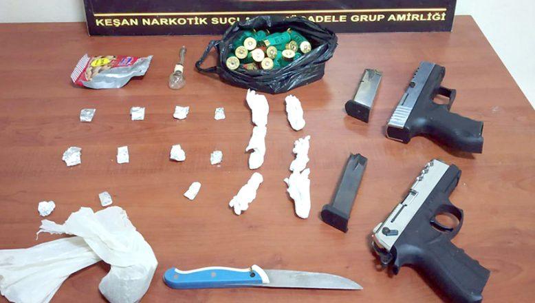Polisleri bıçak ve silahla tehdit ettiler