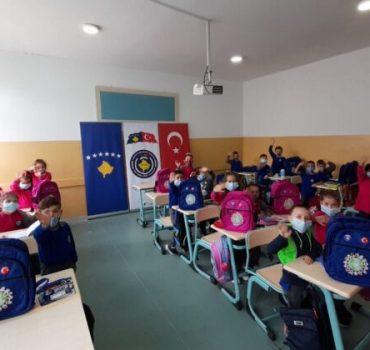 Mehmetçik'ten Kosova'daki öğrencilere kırtasiye yardımı