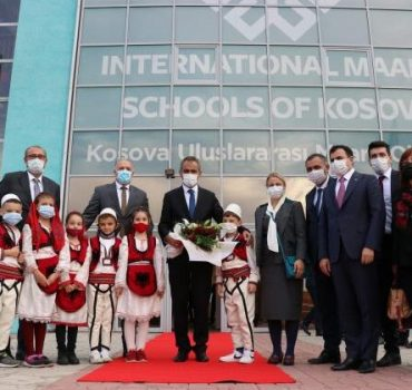 Bakan Özer, Kosova Uluslararası Maarif Okullarını ziyaret etti